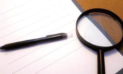 虫眼鏡とペンとノート