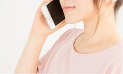 予約の電話をかける女性